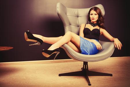 현대적인 인테리어에 의자에 앉아 멋진 섹시한 여자