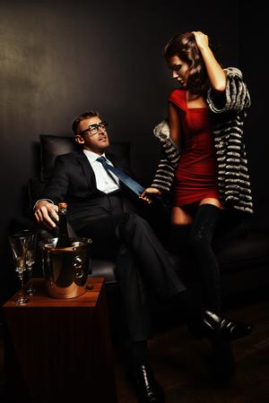 Schöne herrliche Paar in eleganten Abendkleidern in einem klassischen Interieur Standard-Bild - 34211109