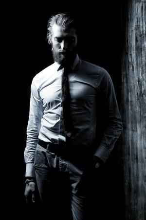 Zwart-wit portret van een respectabele knappe man in een pak. Herenmode. Stockfoto