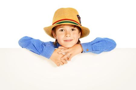 0ce23cdcac11ba  34390003 - Portret van een leuke 7-jarige jongen die zich met witte boord.  Geïsoleerd over witte achtergrond. Exemplaar ruimte.