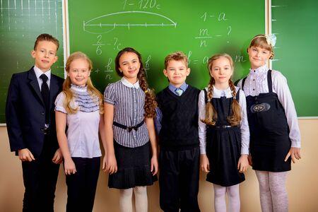 教室にて幸せな小学生。教育。 写真素材