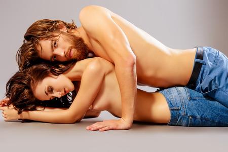 34567004-hermosas-j%C3%B3venes-en-el-amor-estudio-de-disparo-estilo-jeans-.jpg?ver=6