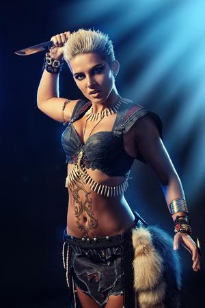 Portret van een mooie vrouwelijke krijger in de strijd. Oudheid. Amazon.