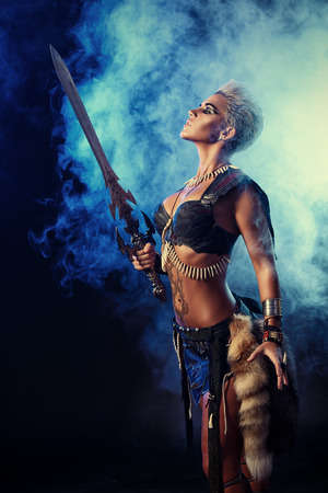 Portrait d'une belle femme guerrière dans la bataille. Antiquité. Amazon. Banque d'images - 34841804
