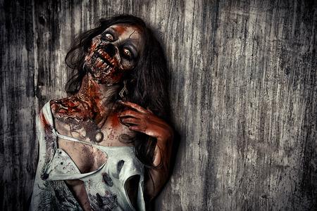 무서운 피 묻은 좀비 소녀의 초상화를 확대합니다. 공포. 할로윈. 스톡 콘텐츠