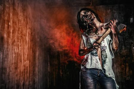 Scary bloedige zombie meisje met een bijl. Halloween.