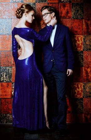 エレガントなイブニング ドレスの美しい豪華なカップル。ファッション、グラマー。