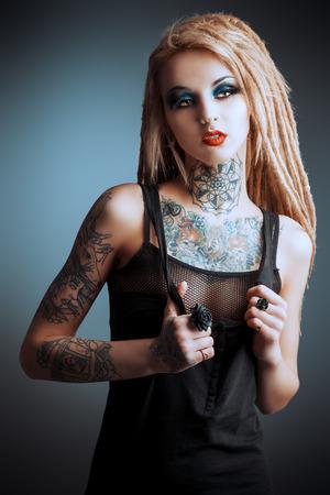 Superbe fille sexy avec maquillage noir et de longues dreadlocks. Style gothique. Mode. Cosmétiques, coiffure. Tattoo. Banque d'images - 36266092