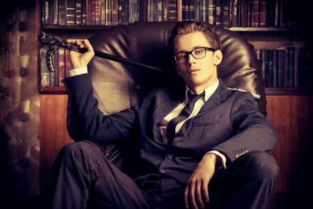 彼のオフィスで立派なハンサムな男。クラシックなビンテージ スタイル。