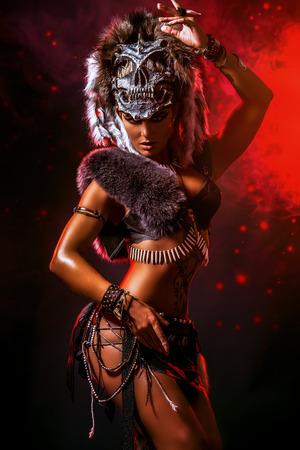 戦いで驚くほどの好戦的なアマゾンの女性。古代。ファンタジー。