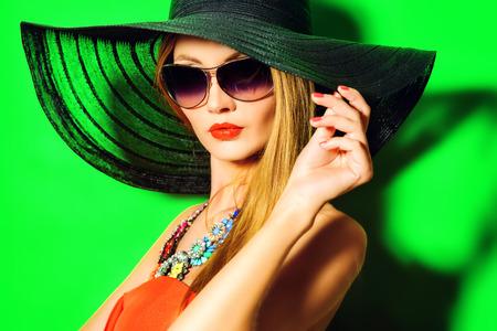 화려한 패션 아가씨의 초상화. 선명한 색상. 뷰티, 패션 개념. 광학. 보석.