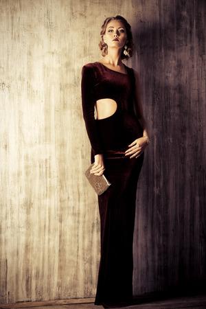Charmante jonge vrouw, gekleed in elegante avondjurk en mooi kapsel. Sieraden. Mode-shot. Volledige lengte portret. Stockfoto