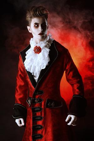잘 생긴 남자 뱀파이어를 사로 잡는다. 할로윈. 드라큘라 의상. 스톡 콘텐츠