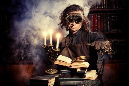 Portret van een man steampunk in zijn onderzoekslaboratorium. Fantasie. Stockfoto