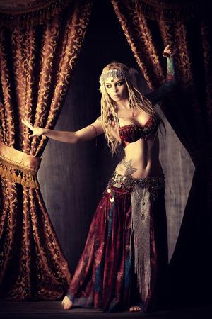 美しい伝統的な女性ダンサー。民族ダンス。ベリーダンス。族の踊り。