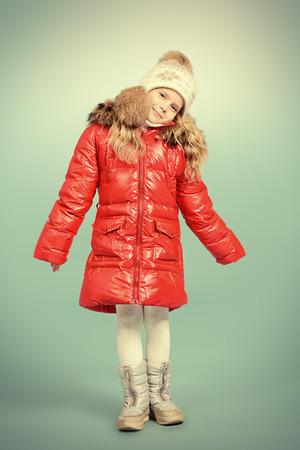 Recht kleines Mädchen in der Winterkleidung. Kindheit. Winter-Mode.