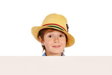 3c5ce7d62cfd30  37407916 - Portret van een leuke 7-jarige jongen die zich met witte boord.  Geïsoleerd over witte achtergrond. Exemplaar ruimte.