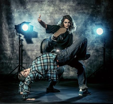 Twee moderne dansers over grunge achtergrond. Hip hop. Urban, disco stijl. Stockfoto