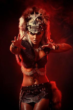 Verbazingwekkende oorlogszuchtige Amazon vrouw in de strijd. Oudheid. Fantasie.