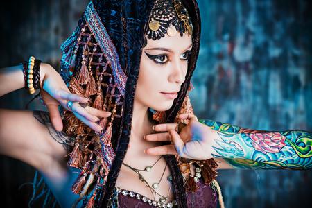 壮大な伝統的な女性ダンサーのクローズ アップの肖像画。民族ダンス。ベリーダンス。族の踊り。メイク、化粧品。