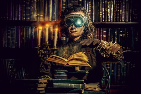 Retrato de un hombre del steampunk en su laboratorio de investigación. Fantasía. Foto de archivo - 37876152