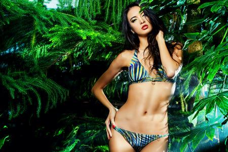 Schöne sexy Frau im Bikini unter tropischen Pflanzen. Schönheit, Mode. Spa, Gesundheitswesen. Tropischen Urlaub. Standard-Bild - 38104796