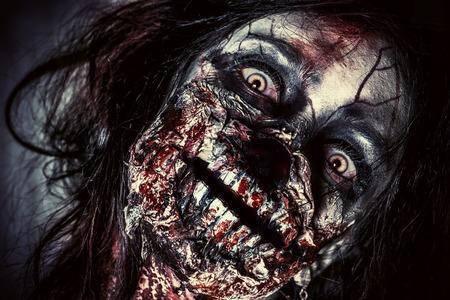 恐ろしい流血のゾンビ少女のクローズ アップの肖像画。ホラー。ハロウィーン。
