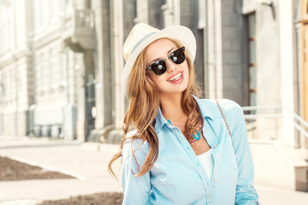 도시의 걷는 아름 다운 젊은 여자. 패션.