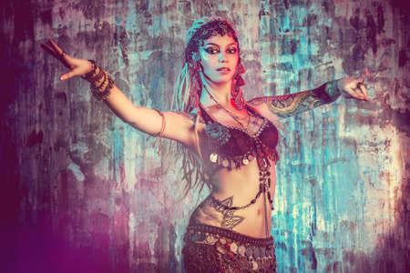 美しい伝統的な女性ダンサーの芸術の肖像画。民族ダンス。ベリーダンス。族の踊り。 写真素材