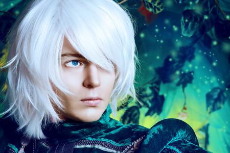 Close-up portret van een knappe blonde elf in het magische bos. Fantasie. Anime stijl. Stockfoto