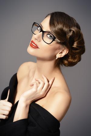 美しい女性のメガネを着用します。美容、ファッション。メイク。光学・視力補助用品。