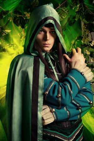 마법의 숲에서 빛나는 요정 요정입니다. 판타지. 동화, 마술.