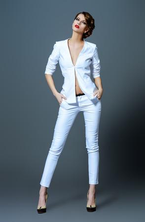 Mode prise de vue d'un beau modèle posant au studio. Beauté, mode. Maquillage.