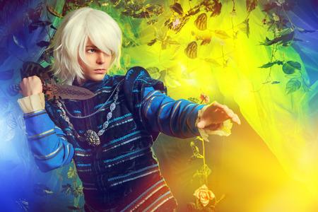 魔法の森で手に短剣で美しい金髪のエルフ。ファンタジー。アニメ スタイル。