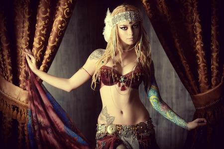 Belle danseuse de femme traditionnelle. Danse ethnique. La danse du ventre. Danse tribale. Banque d'images - 41628341