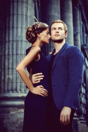 도시 배경 위에 아름 다운 열정적 인 커플. 패션 스타일 사진.