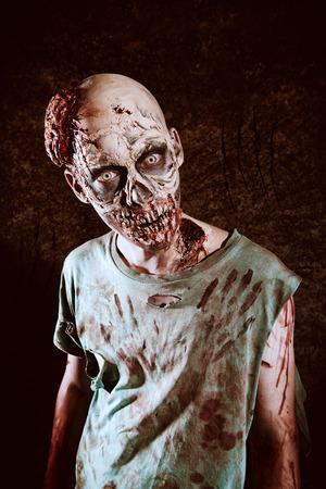 끔찍한 무서운 좀비 남자의 초상화를 확대합니다. 공포. 할로윈. 스톡 콘텐츠