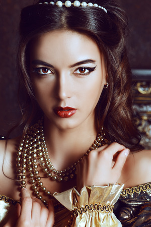 魅力的な美しい若い女性のクローズ アップの肖像画。ビンテージ スタイルです。ルネッサンス。ファッション。化粧品とメイクアップ。