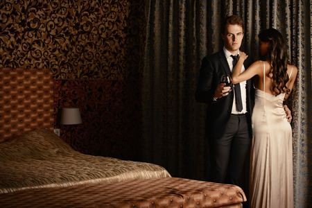 Mooi paar in liefde in de slaapkamer. Luxe.