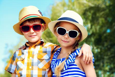 Portrait des enfants heureux sur une belle journée ensoleillée. Relation amicale. Vacances d'été. Banque d'images - 43649891