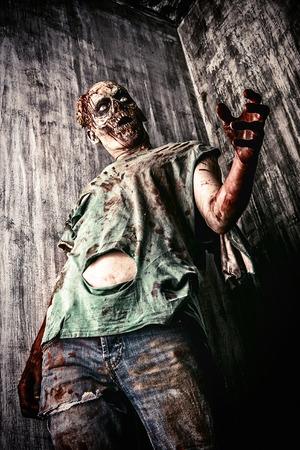 古い家の恐ろしい流血のゾンビ男。ホラー。ハロウィーン。 写真素材