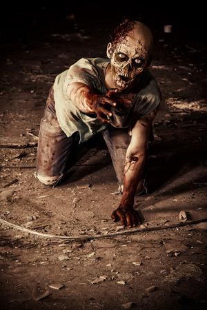 오래 된 집의 유적에 끔찍한 무서운 좀비 남자. 공포. 할로윈.