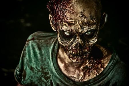 Close-up ritratto di una terribile paura di zombie uomo. Horror. Halloween. Archivio Fotografico - 43776245