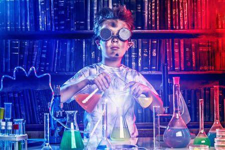 研究室で実験をしている少年。実験室で爆発。科学と教育。