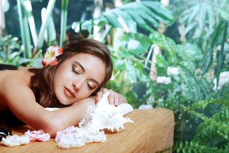 Belle jeune femme obtenir des traitements de spa à un salon de beauté. Santé, soins du corps. Banque d'images - 43832886