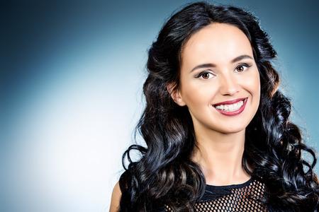 美しい笑顔と健康な歯を持つ若い女性の肖像画