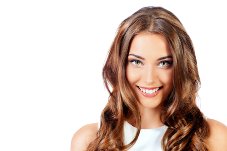 Retrato de la belleza de una mujer joven y positiva en el vestido blanco. Aislado sobre fondo blanco. Belleza, la moda. Productos cosméticos.