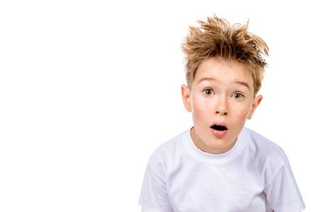 Een jongen in witte t-shirt staart in de camera, is hij verrast. Geïsoleerd over witte achtergrond. Stockfoto