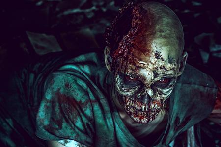 Verschrikkelijk eng zombie man op de ruïnes van een oud huis. Horror. Halloween. Stockfoto