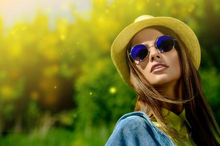 Mooi glimlachend meisje dragen casual zomerkleren geniet van zonnige dag. Schoonheid, mode geschoten. Stockfoto
